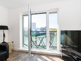 Luxury/Modern 2 bedroom river/city view apartment
