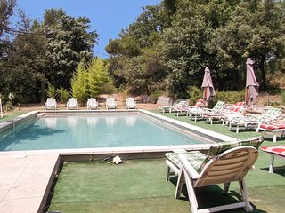 Spacious house in Vaison-la-Romaine with Parking, Washing machine, Pool, Garden