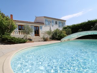 Spacious villa in the center of Saint-Georges-d'Orques with Parking, Internet, W