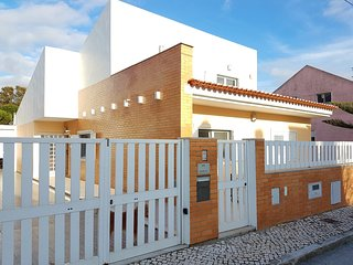 Spacious house in the center of Charneca de Caparica with Parking, Internet, Was