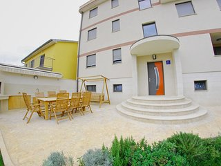 Cozy apartment close to the center of Pula with Parking, Internet, Washing machi