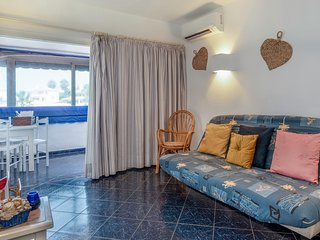 Cozy house close to the center of Olhos de Água with Internet, Air conditioning,