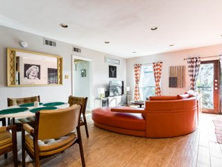 COZY CHIC Oak Lawn/Uptown by LOVEFIELD: 2bd/2ba Grill, Parking Walk EVERYWHERE!