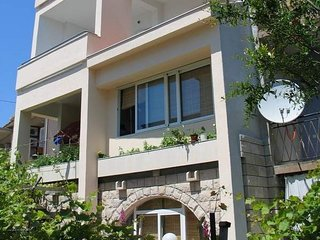Spacious apartment very close to the centre of Makarska with Internet, Washing m