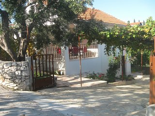 Spacious apartment in the center of Okrug Gornji with Parking, Internet, Washing