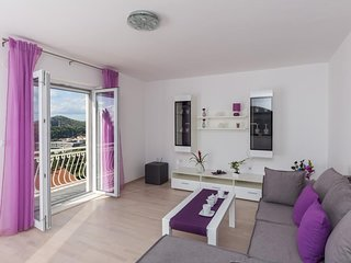 Spacious apartment in Mlini with Parking, Internet, Air conditioning, Balcony