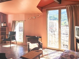 Spacious apartment in the center of Entrevaux with Parking, Internet, Washing ma
