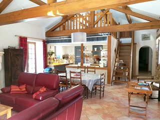 Spacious villa close to the center of Saint-Pierre-de-Cole with Parking, Interne
