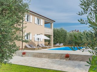 Spacious villa in the center of Selina with Parking, Internet, Washing machine,