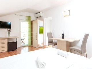 Cosy studio close to the center of Podstrana with Parking, Internet, Air conditi