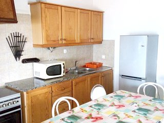 Spacious apartment close to the center of Buarcos with Parking, Internet, Washin