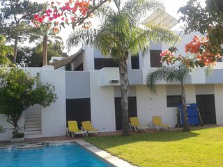 Spacious house close to the center of Olhos de Água with Parking, Internet, Wash