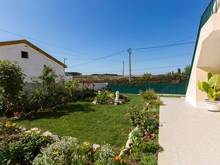Cozy house close to the center of São Bartolomeu dos Galegos with Parking, Inter