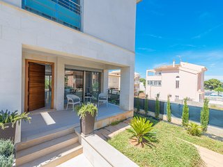 Spacious house a short walk away (464 m) from the 'Playa Caseta de Capellans' in