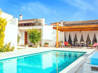 Spacious villa in the center of Sant Joan with Internet, Washing machine, Air co
