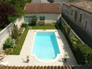Cosy studio in the center of Jonzac with Parking, Internet, Pool, Balcony