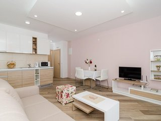 Cozy apartment in Mlini with Internet, Air conditioning, Balcony