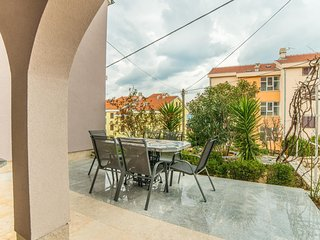 Spacious apartment very close to the centre of Crikvenica with Parking, Internet