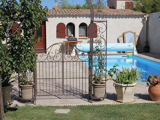Cozy villa close to the center of Canohès with Internet, Washing machine, Air co