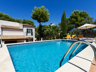 Spacious house a short walk away (137 m) from the 'Cala Barques' in Cala Sant Vi