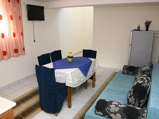Cozy apartment very close to the centre of Srima with Parking, Internet, Air con