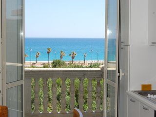 Spacious apartment in the center of Caulonia Marina with Parking, Internet, Wash