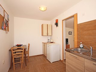 Cozy apartment close to the center of Pula with Parking, Internet