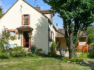 Spacious house close to the center of Villeneuve-sur-Yonne with Parking, Washing