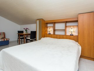 Cozy room very close to the centre of Zaton with Parking, Internet, Air conditio