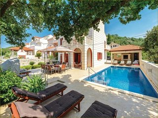 Spacious villa in the center of Zaton with Parking, Internet, Air conditioning,