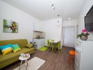 Cozy apartment in the center of Tučepi with Parking, Internet, Air conditioning,