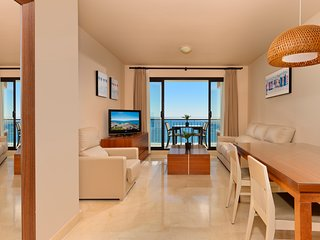 Stunning 2 bedrooms apartment front sea view