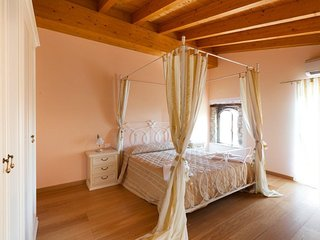 Spacious apartment in the center of San Felice del Benaco with Washing machine,
