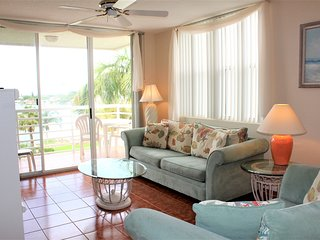 Bahia Vista Top Floor Condo w/ Free WiFi, Balcony, Complex Pool & Amazing Views
