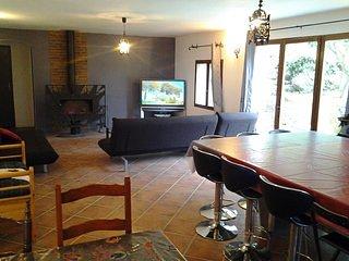 Offre groupe 6 chambres + 3 SDB, 16 personnes. Billard et jardin privé. Village