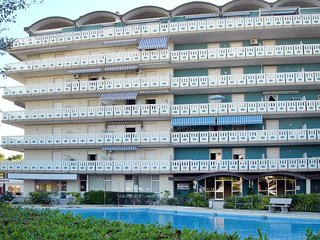 2 bedroom Apartment with Pool, Air Con and Walk to Beach & Shops - 5655319