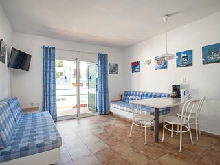 Spacious apartment a short walk away (97 m) from the 'Cala Almadrava' in Roses w