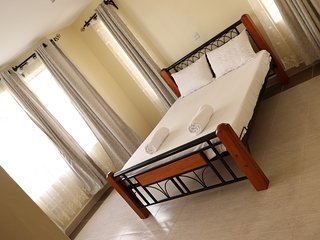 Charming & Convenient 4 Bed 5 Star Apt, 10 Mins to Airport