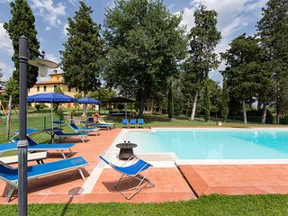 Villa Fratta 10 pax near Cortona with 5 bedrooms. Private pool, Wi-Fi and AC!