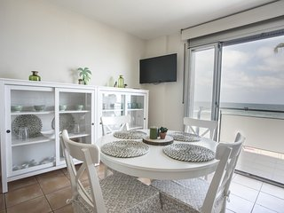 Apartment on the seafront with terrace to the sea