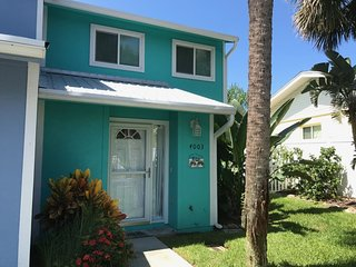Spacious Townhome on Beachside, Pet Friendly, 2 Bedrooms