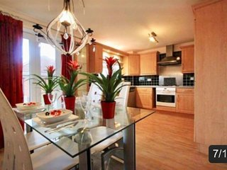 Fantastic Stylish 4 Double Bedroom Townhouse, close to City Centre. Sleeps 12