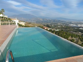 Villa Mirador: Spacious villa with gue 200m2 terrace, infinity pool &sea view