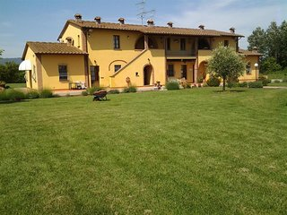 Cozy aparthotel very close to the centre of Cascina with Parking, Internet, Air