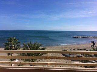 David by the sea. Pool, 1:st beach line, AC, WIFI.