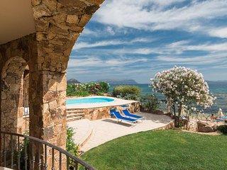 Seaside villa with private pool - uniquely located on the sea