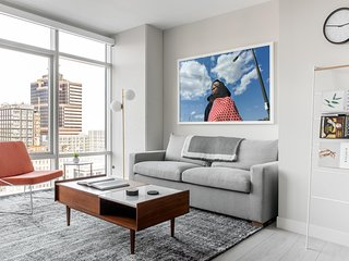 Refined 1BR | Lounge | City Center by Lyric