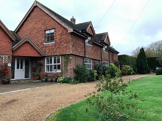 Spacious 5 bed house with large garden - ideal for family gatherings . Goodwood.
