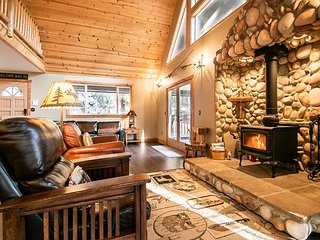 Stunning lodge! Hot tub, WiFi, Fido OK, Sauna, Game Room, and lots of space!