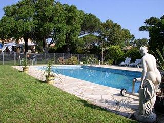 Villa avec piscine et très grand jardin ,proche des plages idéal pour familles.